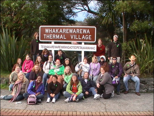 Gemma Appeldoorn, Michelle Rigler from oSD, students Jean-Marie Lawrence, Tracey Wegener. 3rd row from bottom are students Amy Rutherford, Ellis Leago, Holly Zuckerman, Heather Chang, Dr. nancy Badger, students April Jones, UTC alumni Jill Clark, student Eamon Hosey, Chaperone Matt Harms. Back row students Robert Atnip, Cati Wilhite, Dr. Bryon Kluesner from OSD, (hidden behind sign) student Clint Ododm, students Daniel Armstrong and Jonathan Riner.